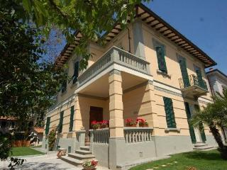 5 bedroom 5 bathroom Villa few steps from the Wall - Lucca vacation rentals
