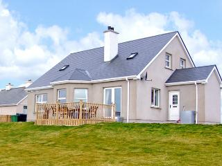 ANNE'S BEACH COTTAGE, family friendly, country holiday cottage, with a garden in Kincasslagh, County Donegal, Ref 3703 - Annagry vacation rentals