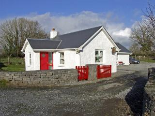 DELIA'S COTTAGE, pet friendly, character holiday cottage, with a garden in Ballinrobe, County Mayo, Ref 3734 - Clonbur vacation rentals