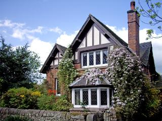 GUN END COTTAGE, family friendly, character holiday cottage, with a garden in Swythamley, Ref 3773 - Leek vacation rentals