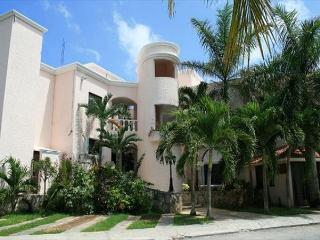 2 bedroom Apartment with Shared Outdoor Pool in South Akumal - South Akumal vacation rentals