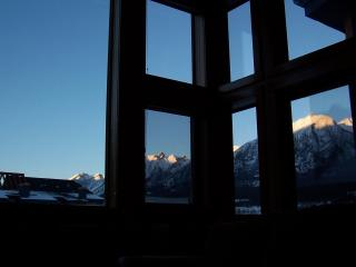 Penthouse: WALLS OF GLASS, sleeps 6-7, free wifi, artistic decor!! - Canmore vacation rentals