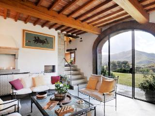 Tuscany Farmhouse with Pool and Views, Great for Family or Friends - Casa Santa - Arezzo vacation rentals