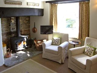 WAYSIDE COTTAGE, pet friendly, character holiday cottage, with a garden in Shepton Beauchamp, Ref 3721 - Ilminster vacation rentals