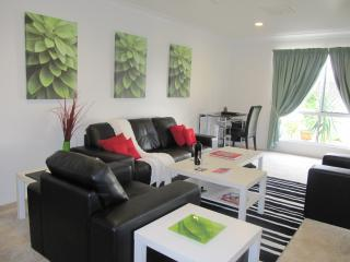 Lounge room with desk and wireless internet - Accommodation Dalby - 3 bedroom townhouse - Dalby - rentals