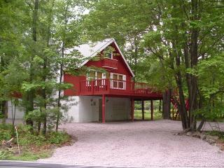 Chalet on private wooded lot - Twin Oaks Chalet: Beach Lake Ski Raft and MORE! - Albrightsville - rentals