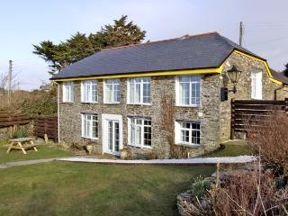 THE ROUND HOUSE, pet friendly, country holiday cottage, with a garden in Tintagel, Ref 3836 - Tintagel vacation rentals