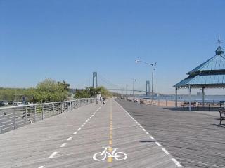 Beachfront, 25-40 min from Manhattan by bus/ferry - Staten Island vacation rentals