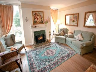 CHIPPING HOUSE, family-friendly, luxury, hot tub, with a garden in Wotton-under-Edge, Ref 3858 - Wotton-under-Edge vacation rentals