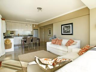 Open plan livingroom and kitchen - PRIVATE PLACES -DORIC 505,  GREEN POINT, CAPE TOWN - Cape Town - rentals