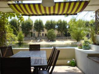 The main terrace overlooks the river pool and has ample space to eat and relax. - Riverside property in superb village location - Bize-Minervois - rentals