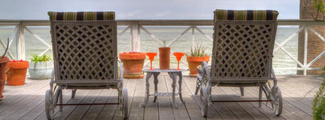 Bayside waterfront lounging area - La Petit Maison cottage - Kemah - rentals