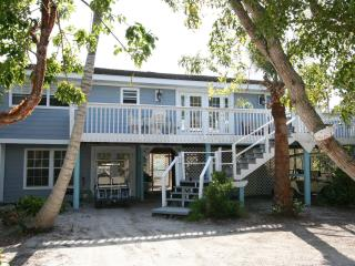 Huge 2 bedroom+Den Sleeps7 poolclub stps to Beach - Captiva Island vacation rentals