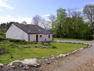 ROSMUC COTTAGE, pet friendly, character holiday cottage, with a garden in Rosmuc, County Galway, Ref 4036 - Carna vacation rentals