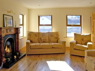 NUMBER 7 GORTEEN, family friendly, with a garden in Annascaul, County Kerry, Ref 3936 - Annascaul vacation rentals