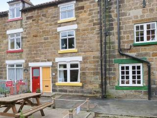 THE COTTAGE, BECKSIDE, family friendly, with a garden in Staithes, Ref 978 - North Yorkshire vacation rentals