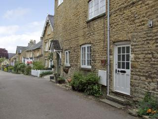 FORGET ME NOT COTTAGE, pet friendly, character holiday cottage, with open fire in Chipping Norton, Ref 4056 - Oxfordshire vacation rentals