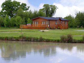 THE CALLOW LODGE, romantic, luxury holiday cottage, with pool in Beaconsfield Holiday Park, Ref 4057 - Welsh Frankton vacation rentals
