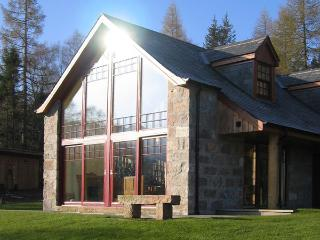 BIRCH COTTAGE, family friendly, character holiday cottage, with a garden in Crathie, Ref 4052 - Braemar vacation rentals