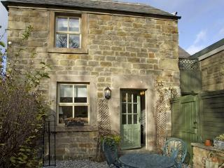 CLEMATIS COTTAGE, family friendly, character holiday cottage, with a garden in Baslow, Ref 4126 - Baslow vacation rentals