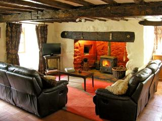 HEN ARGOED COTTAGE, pet friendly, character holiday cottage, with a garden in Llanfair, Ref 4131 - Llanfair vacation rentals
