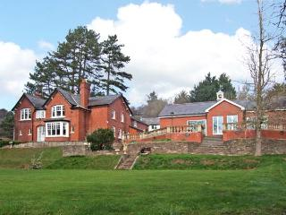 THE CROFT, family friendly, luxury holiday cottage, with pool in Peterchurch, Ref 4114 - Herefordshire vacation rentals