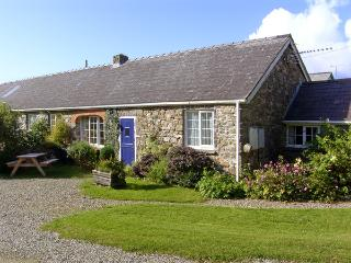 EYNONS COTTAGE, pet friendly, character holiday cottage, with a garden in Roch, Ref 4233 - Roch vacation rentals