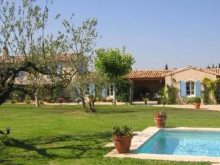 Traditional Farmhouse St. Remy in landscaped gardens with lavender, pool & patio - Saint-Remy-de-Provence vacation rentals