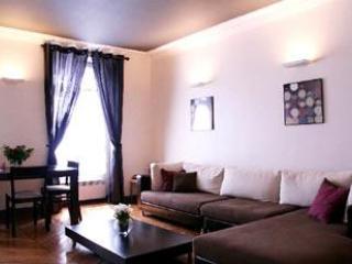2 Bedroom Paris Apartment located on Rue Rivoli - Paris vacation rentals