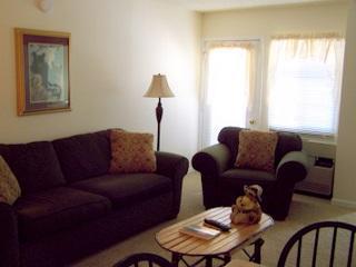 Cozy living room with queen sleeper - Gatlinburg Chateau - 2 Bedroom  Condo (402) - Gatlinburg - rentals