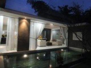 Pool and Villa lounge in the evening - Villa di Sawah. Kerobokan/Umalas/Seminyak - Kuta - rentals