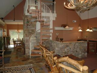 Perfect Cottage with Deck and A/C - Rockbridge Baths vacation rentals