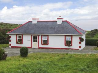 THORNTON'S COTTAGE, family friendly, character holiday cottage, with a garden in Tully, County Galway, Ref 4373 - Tully vacation rentals