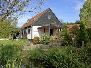 THE HAYBARN, pet friendly, country holiday cottage, with a garden in Necton - Necton vacation rentals