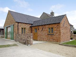 HOLLIES BARN, family friendly, luxury holiday cottage, with a garden in Atlow, Ref 4004 - Ashbourne vacation rentals