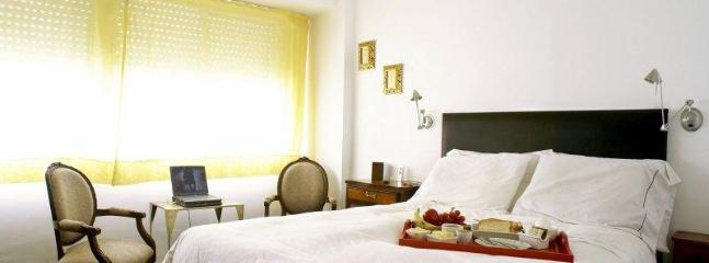 Queen bed with soft cotton white sheets... - Recoleta Cozy Comfortable Studio 52, Buenos Aires - Buenos Aires - rentals