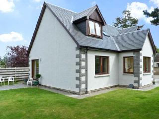 BRUACH GORM COTTAGE, pet friendly, country holiday cottage, with a garden in Grantown-On-Spey, Ref 4447 - Grantown-on-Spey vacation rentals