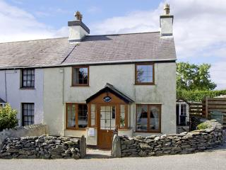 BRYN GOLEU, pet friendly, character holiday cottage, with a garden in Llanfaethlu, Ref 4274 - Cemaes Bay vacation rentals