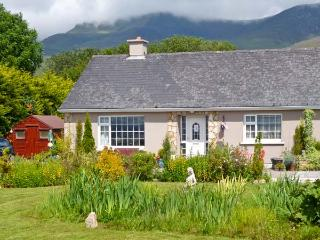 CAHERCONREE, pet friendly, with a garden in Inch, County Kerry, Ref 4463 - Dingle Peninsula vacation rentals