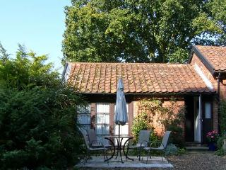 BLUEBELL STUDIO, romantic, country holiday cottage, with a garden in Waldringfield, Ref 4493 - Woodbridge vacation rentals