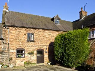 CHURCH FARM COTTAGE, pet friendly, character holiday cottage, with a garden in Edlaston, Ref 4478 - Cotton vacation rentals