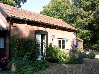 DAFFODIL COTTAGE, romantic, country holiday cottage, with a garden in Waldringfield, Ref 4494 - Peasenhall vacation rentals