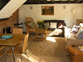 DAFFODIL COTTAGE, romantic, country holiday cottage, with a garden in Waldringfield, Ref 4494 - Woodbridge vacation rentals