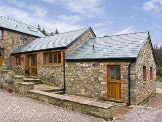THE BYRE, romantic, luxury holiday cottage, with a garden in Llanddewi Skirrid, Ref 5118 - Abergavenny vacation rentals