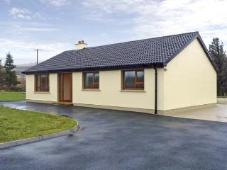 TARA HOUSE, family-friendly holiday cottage, all ground floor, open fire, rural views, in Dungloe, Ref 4541 - Annagry vacation rentals