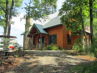 Cozy 2 bedroom Hayesville Cabin with Deck - Hayesville vacation rentals