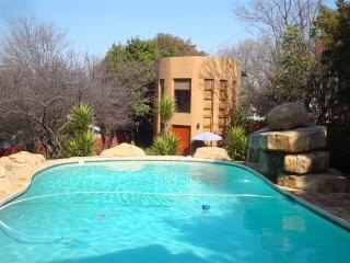 Comfortable 1 bedroom Johannesburg Cottage with Internet Access - Johannesburg vacation rentals