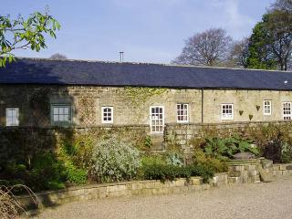 CUCKOO STONE COTTAGE, pet friendly, character holiday cottage, with a garden in Matlock, Ref 5413 - Matlock vacation rentals