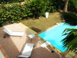 ESTHER... 2 bedroom affordable townhome with private pool, short, easy walk to Orient beach! - Orient Bay vacation rentals