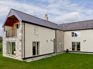 CEFN BERAIN UCHAF, family friendly, luxury holiday cottage, with a hot tub and garden in Cefn Berain, Ref 7039 - Llannefydd vacation rentals